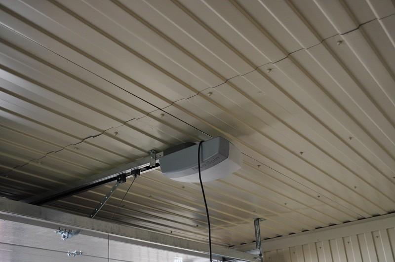 Подвесной потолок из окрашенного профнастила в гараже