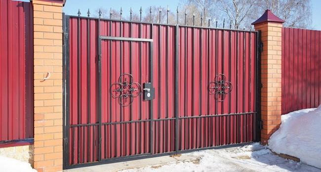 Ворота икалитка изпрофнастила назагородном участке