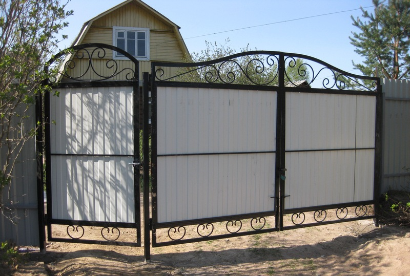 ворота из профиля с элементами ковки фото